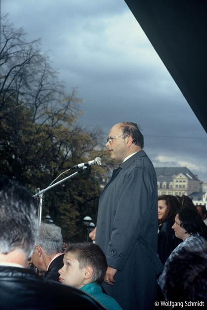 Damaliger Plauener Superintendent Thomas Küttler am Plauener Rathaus